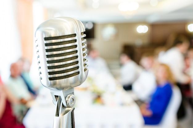 Retro mikrofon und verschwommene menschen
