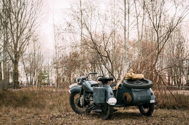 Retro motorrad der truppen wehrmacht auf dem gebiet