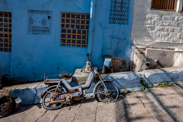 Retro- motorrad in der blauen stadt, jodhpur indien