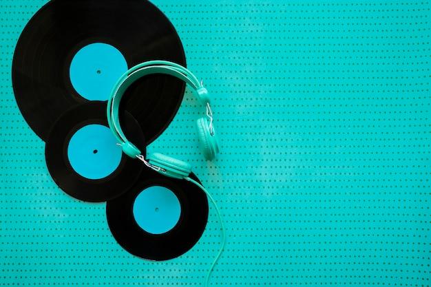 Retro-musik-konzept mit vinyl und kopfhörer