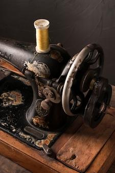 Retro nähmaschine mit baumwollfaden
