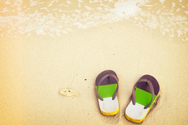 Retro-pantoffeln am tropischen strand im sommer - vintage farbton-effekt