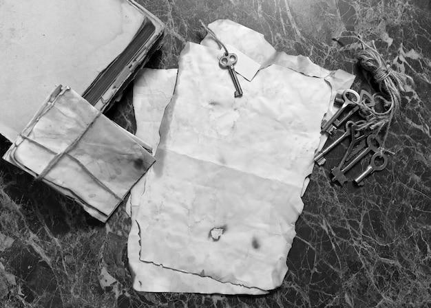 Retro-papiere und buch auf detektivarbeitstisch mit werkzeughintergrund