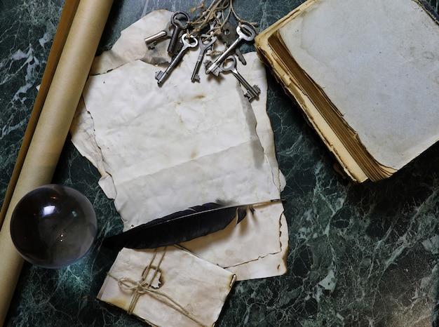 Retro-papiere und buch auf einem tisch mit detektivwerkzeug-hintergrund