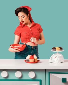 Retro pinup mädchen posiert in einer küche Kostenlose Fotos