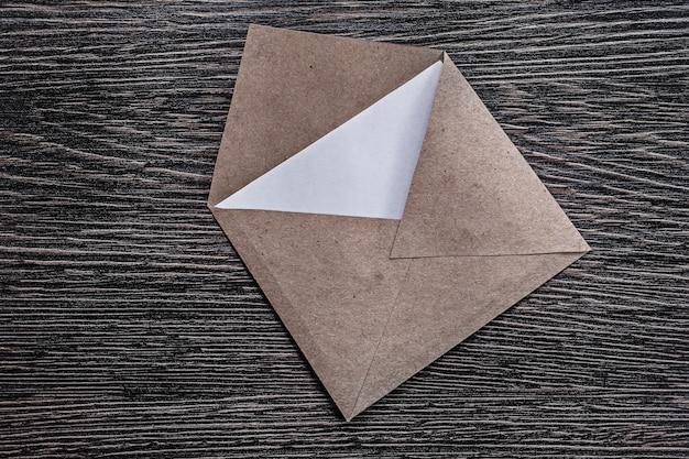 Retro postumschlag brief auf holzbrett direkt darüber