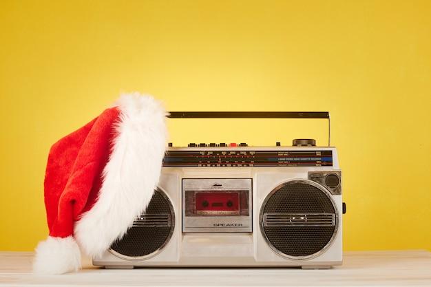 Retro-radiokassette mit weihnachtsmütze