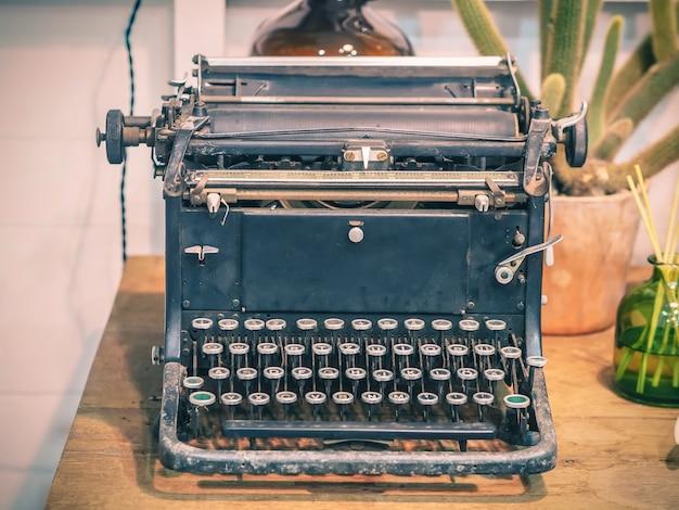 Retro schreibmaschine auf holztisch, vintage filtereffekt