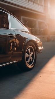 Retro schwarzes auto an der straße
