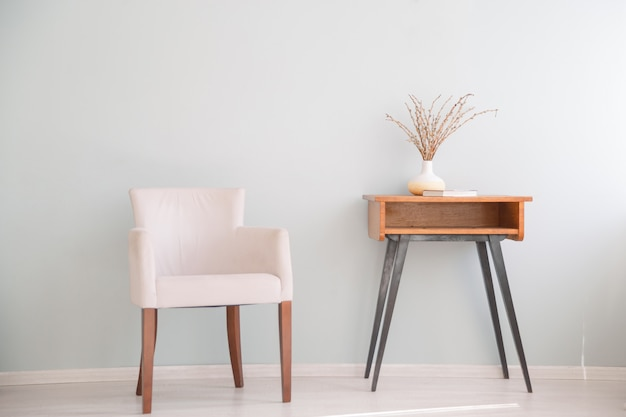 Retro sessel und kleiner tisch. skandinavisches interieur