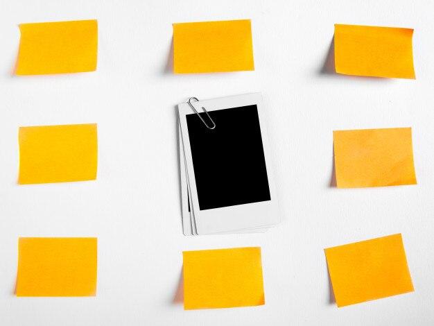 Retro- sofortige leere fotografien mit der büroklammer und papier notiert