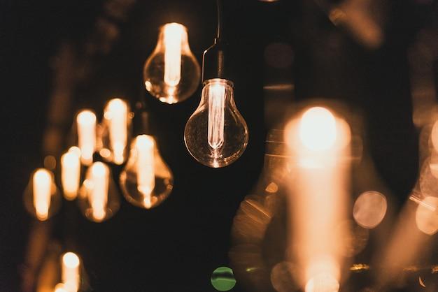 Retro-stil glühlampen. glühbirnen im dunkeln