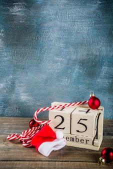 Retro stil hölzerne kalender zuckerstange und santa kleidung