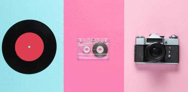 Retro-stillleben mit inyl-schallplatte, audiokassette und filmkamera
