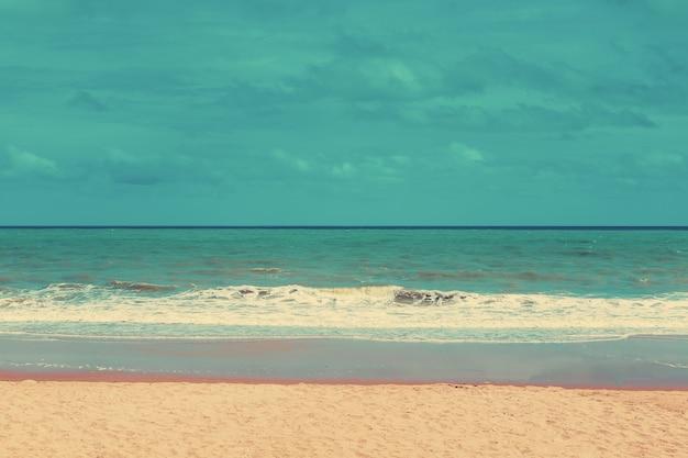 Retro- strand und blauer himmel mit weinleseton.