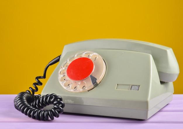 Retro-telefon auf gelbem pastellhintergrund