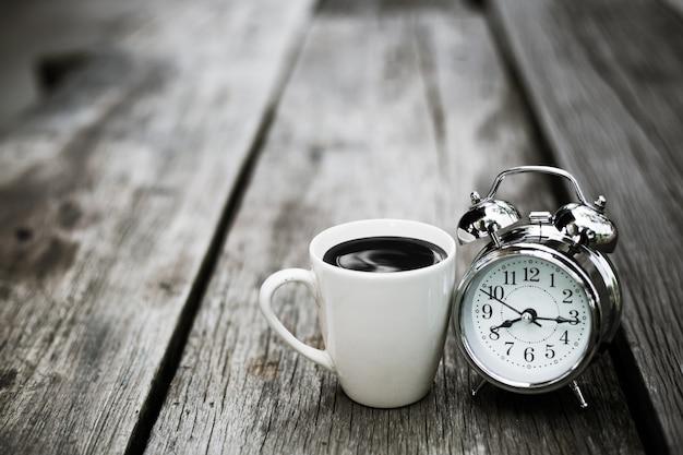 Retro uhr mit kaffee