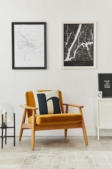 Retro und minimalistische zusammensetzung des wohnzimmerinnenraums mit design-sessel, plakatkarte, lampe, dekoration, weißer wand und persönlichem zubehör