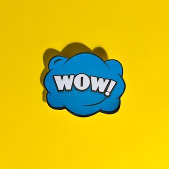 Retro- vektorillustration der wow-wort-pop-art auf gelbem hintergrund