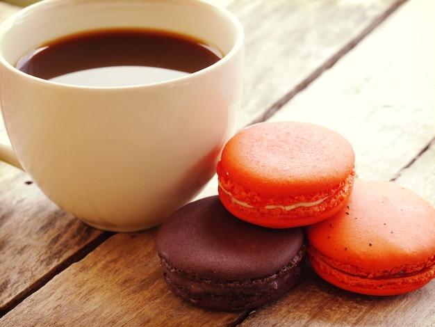 Retro- vintage art der süßen und bunten französischen macarons