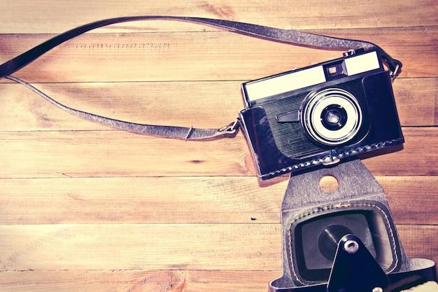 Retro vintage kamera auf holzuntergrund.