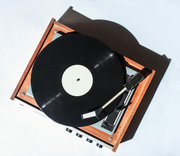 Retro vinyl plattenspieler auf weiß. foto mit schatten, hartem licht, draufsicht