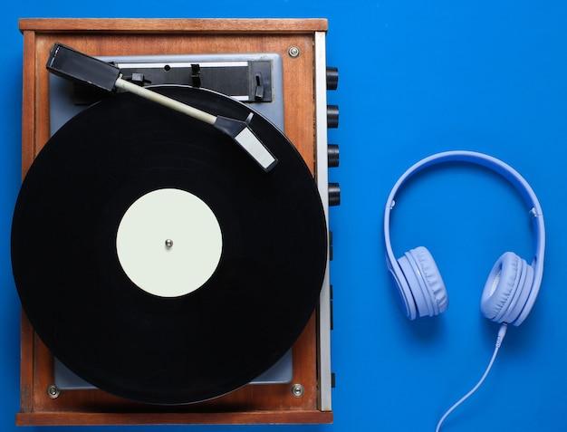 Retro vinyl plattenspieler mit kopfhörern isoliert
