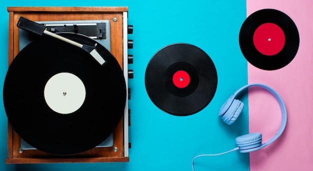 Retro-vinyl-player, lp-schallplatten, kopfhörer