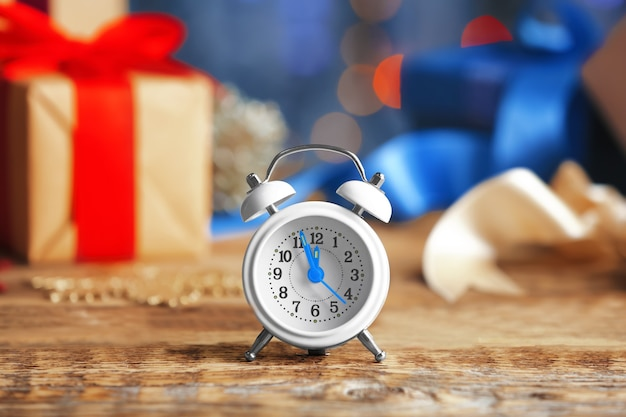 Retro-wecker auf holztisch. weihnachts-countdown-konzept
