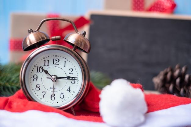 Retro wecker mit geschenkbox der frohen weihnachten