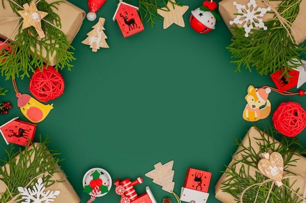 Retro weihnachtsrahmen gemacht mit holzspielzeug auf grün.
