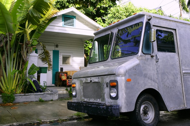Retro- weinleseart des grauen packwagens im tropischen florida-schlüsselhaus