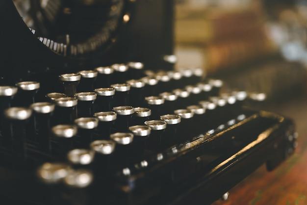Retro weinleseschreibmaschine im weinlesefarbton, in der traditionellen und alten weise, mitteilungen zu schreiben.