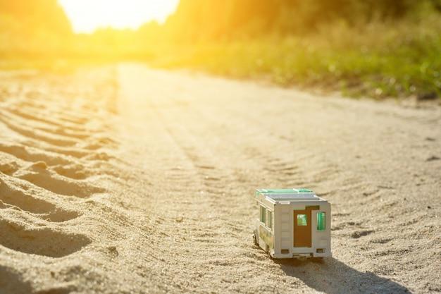 Retro- wohnwagenauto des spielzeugs - ein symbol der familienurlaubreise