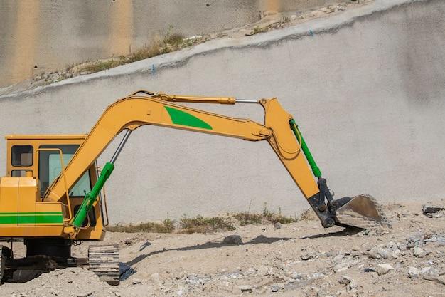 Retroexcavadora oder maquinaria pesada para la construccion en una excavacion
