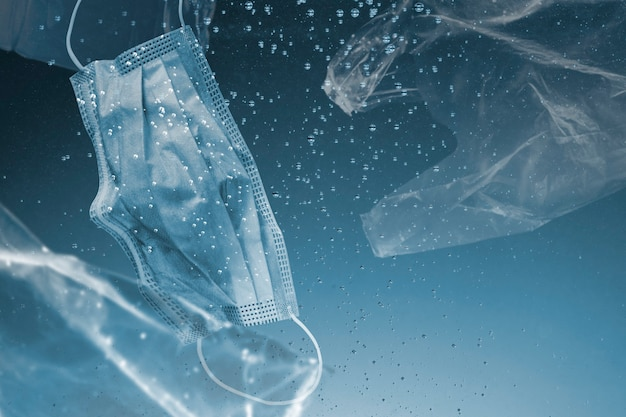 Rette die gesichtsmaske und plastiktüten der ozeankampagne, die in ozean-remix-medien versinken