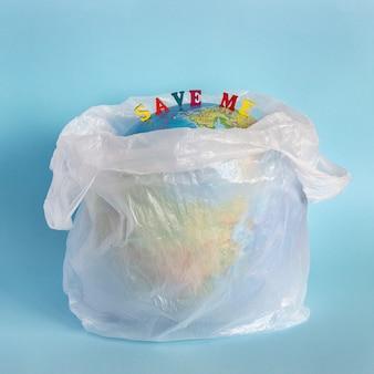 Rette mich und model planet earth in polyethylen-kunststoffverpackung