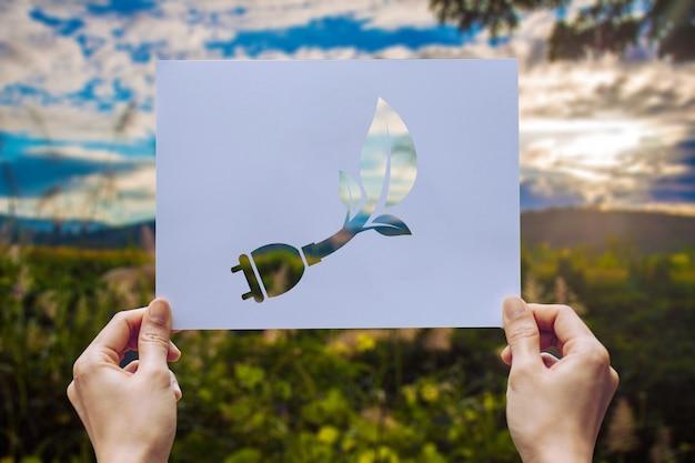 Retten sie umweltschutz des weltökologiekonzeptes mit den händen, die herausgeschnittene papiervertretung halten