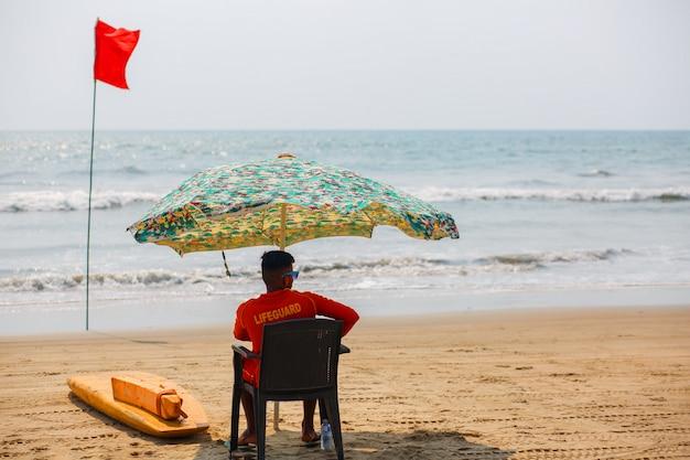 Retter von goa beach, beobachtete das schwimmen und baden in arambol goa, indien