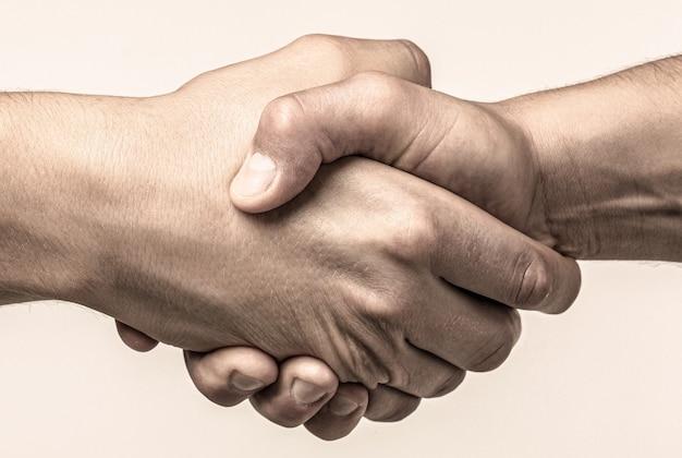 Rettung, helfende geste oder hände. starker halt. zwei hände, helfende hand eines freundes. händedruck, waffenfreundschaft.