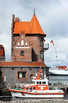 Rettungsboot vor historischem backsteinbau in stralsund