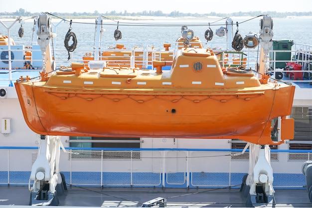 Rettungsmotorrad auf dem bootsdeck eines kreuzfahrtschiffes