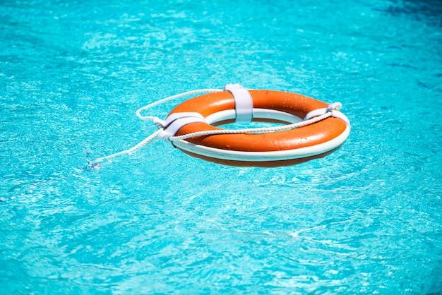 Rettungsring in einem blauen seewetter-hilfehintergrund