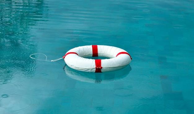 Rettungsring schwimmt im schwimmbad