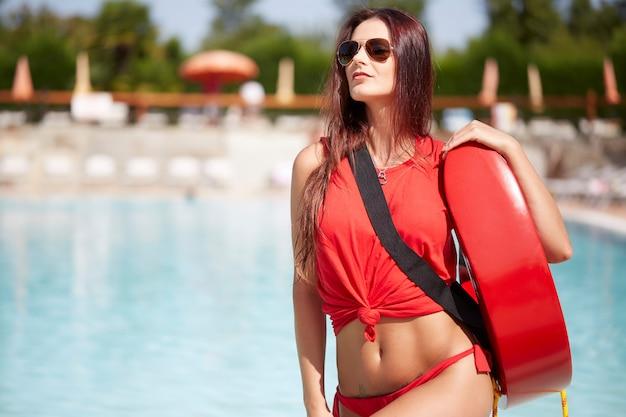 Rettungsschwimmer am schwimmbad