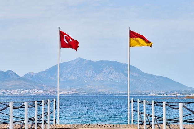 Rettungsschwimmer flagge und türkische flagge