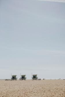 Rettungsschwimmer-hütten an einem strand in los angeles