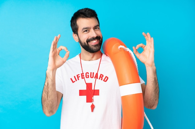 Rettungsschwimmer mann zeigt ein ok-zeichen mit den fingern
