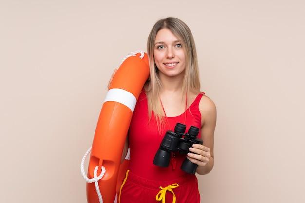 Rettungsschwimmerin mit fernglas