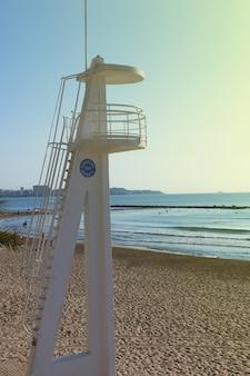Rettungsschwimmerturm am strand in spanien